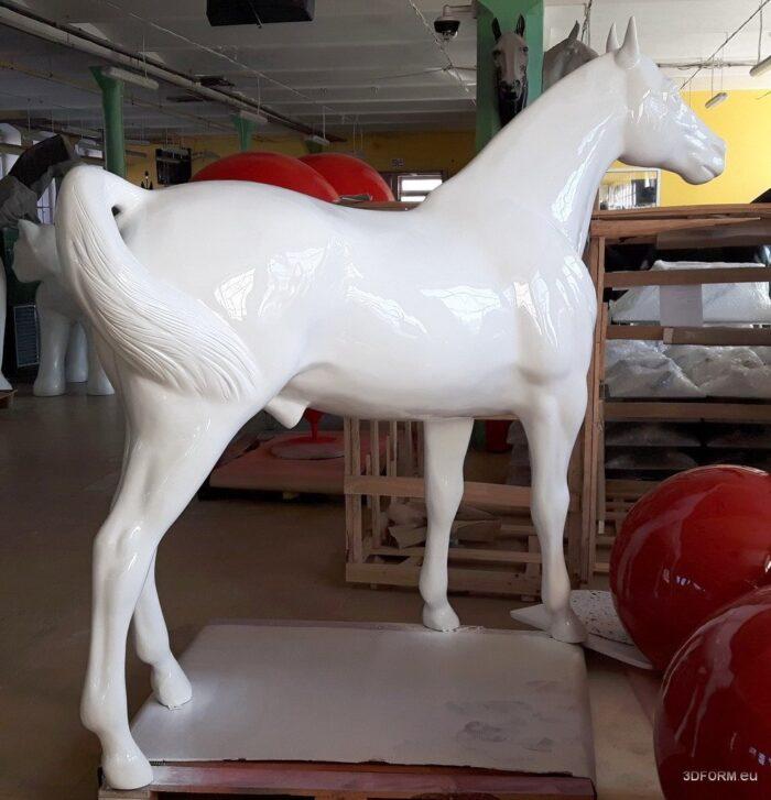 koń duży biały
