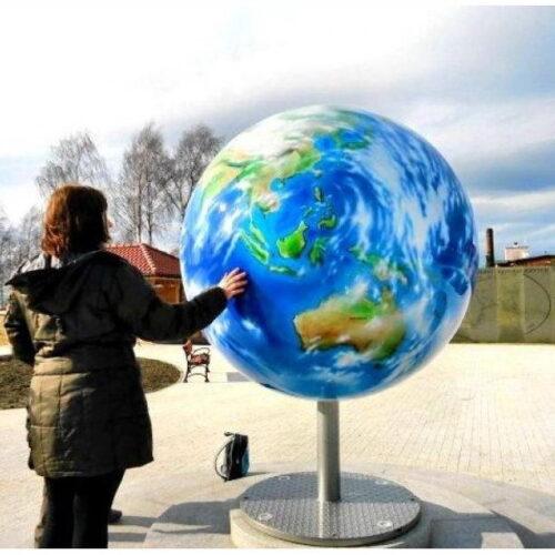 globus na promenadzie