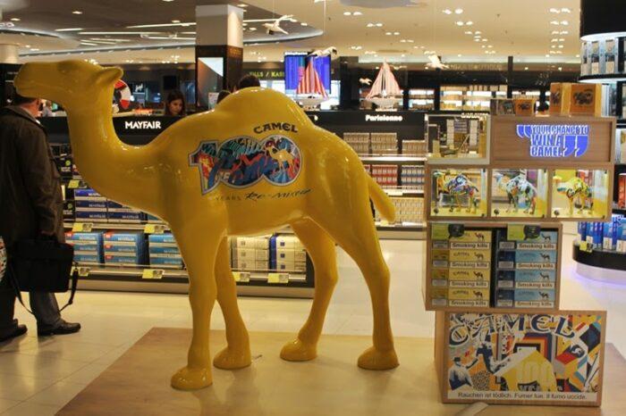 wielbłąd reklamowy w centrum handlowym