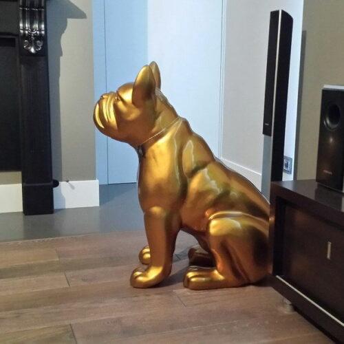 złota figura buldoga siedzącego