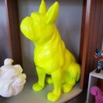 żółta figura buldoga siedzącego