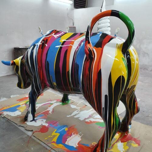 Kolorowy byk naturalnej wielkości z laminatu