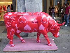 czerwona krowa z głową w dół