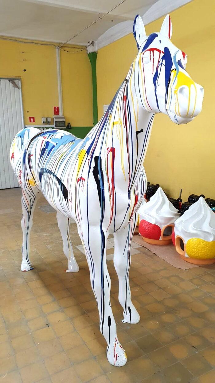 Kolorowa statua kolorowy koń naturalnej wielkości